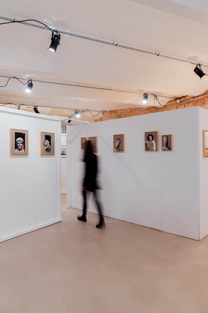 Eine verschwommene Person spaziert durch den einflussraum - bei der Ausstellung des Künstlers woerm.